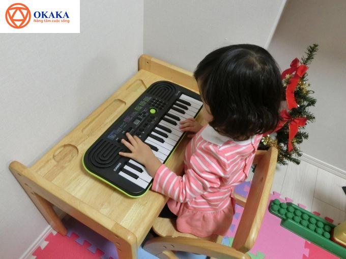 """..chuyển hướng bé sang chơi đàn nhưng không biết chọn loại nào để giúp bé làm quen với âm nhạc mà lại đủ sức """"dứt"""" bé ra khỏi màn hình điện thoại, iPad."""