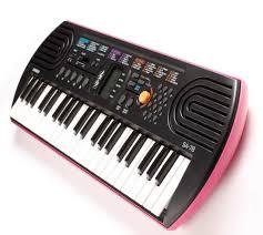 """Thị trường nhạc cụ đồ chơi hiện nay đang nở rộ như """"nấm mọc sau mưa"""". Các loại đàn đồ chơi cạnh tranh nhau không chỉ ở mẫu mã thiết kế bắt mắt và các phụ kiện đi kèm tiện ích mà còn cạnh tranh ở giá cả """"không thể rẻ hơn"""". Vậy thì tại sao bạn nên mua đàn organ mini Casio SA cho bé thay vì các loại nhạc cụ đồ chơi khác?"""