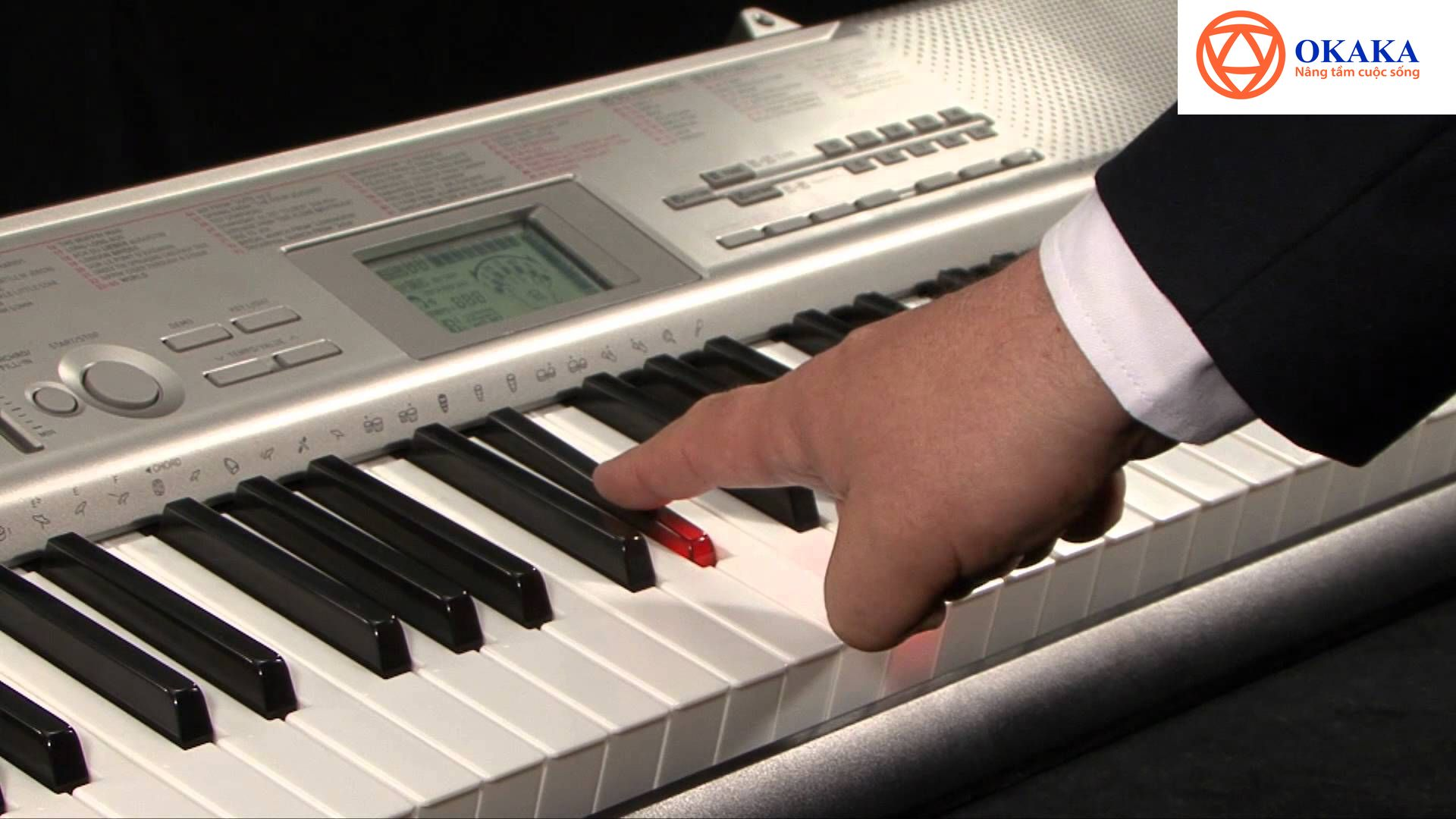 Đàn organ phím sáng Casio LK chính là một trong những giải pháp giúp các giáo viên không được đào tạo chuyên sâu về âm nhạc trút được phần nào nỗi lo đó.